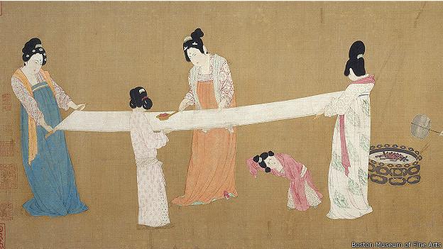 Придворные дамы участвуют в изготовлении шелка