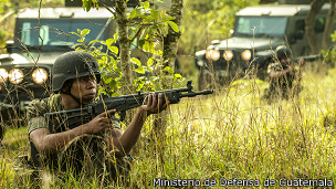 Soldado en pista clandestina de Guatemala
