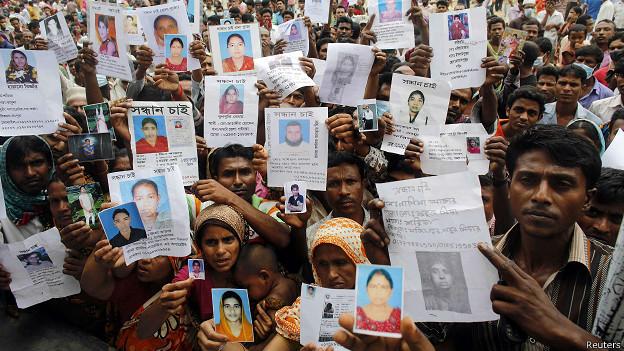 Familiares de trabajares del Rana Plaza en busca de sus seres queridos