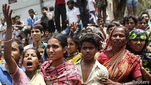 Familiares esperan noticias de sus seres queridos en el derrumbe de Bangladesh