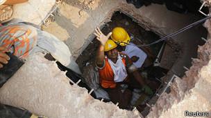 Rescate de una mujer entre los escombros del Rana Plaza