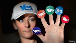 """Una mujer con varios botones que dicen """"Yes"""""""