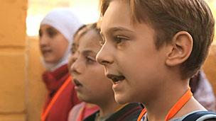 Crianças traumatizadas frequentam escolas na Turquia (BBC)