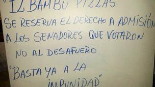 Cartel en una pizzería de Asunción