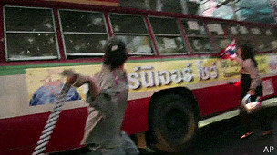 Người biểu tình tấn công xe buýt
