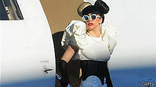 Lady Gaga saliendo de su jet