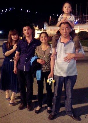 Luo Gang con su familia biológica