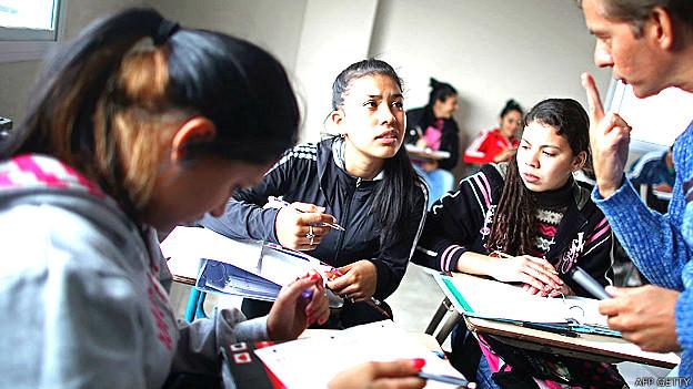 El profesor José Luis Pérez enseña inglés en el colegio Virgen de los Milagros de Caacupe en Buesno Aires