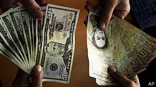Dólares estadounidenses y bolívares venezolanos