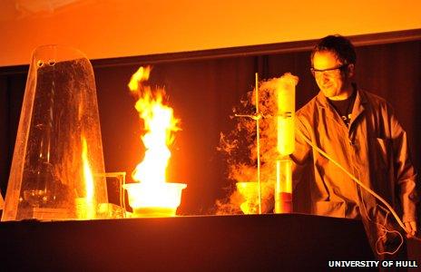 Mark Lorch haciendo un experimento