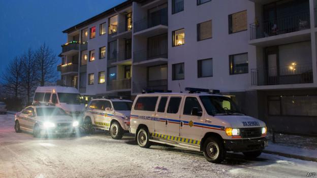 Carros de polícia em frente ao local onde homem foi morto pela polícia em Reykjavik (foto: AFP)