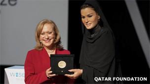 Vicky Colbert recibe el premio Wise de manos de la jequesa Sheikha Moza bint Nasser, Presidenta de Fundación Qatar. Foto: Qatar Foundation