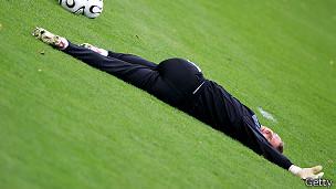 Futbolista estirándose