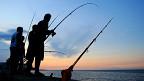 Personas pescando en el malecón de La Habana (Foto: Raquel Pérez)