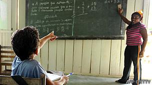 Escuela en una comunidad Juruna a orillas del río Xingu cera de Altamira, en el estado de Pará en Brasil