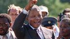 Mandela ao ser libertado | Foto: AFP