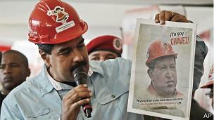 Nicolás Maduro, presidente de Venezuela, con un afiche de Chávez