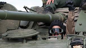 Maduro en un tanque y vestido de militar