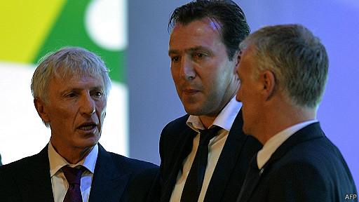 Jose Pekerman, entrenador de Colombia, conversa con el director técnico del equipo belga y con el entrenador de Francia, Didier Deschamps