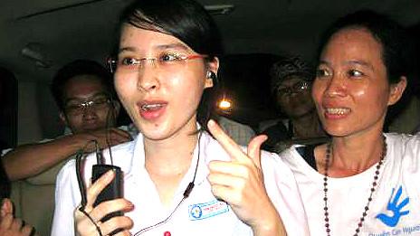Nữ sinh Nguyễn Phương Uyên (trái)