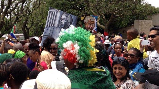 Người dân ăn mừng cuộc đời của ông Mandela bên ngoài nhà ông