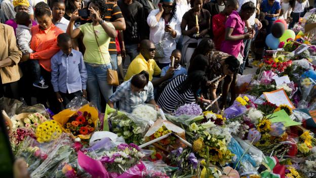 Multidão deposita flores em frente à casa de Mandela em Johanesburgo (foto: AP)