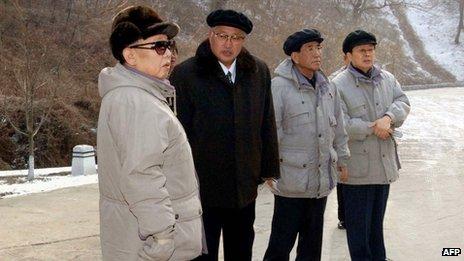 Chang Song-thaek (derecha) y Kim Jong-il (izquierda).