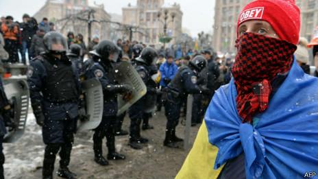 Cảnh sát Ukraine vây người biểu tình