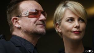 Bono e Charlize. Foto: Getty