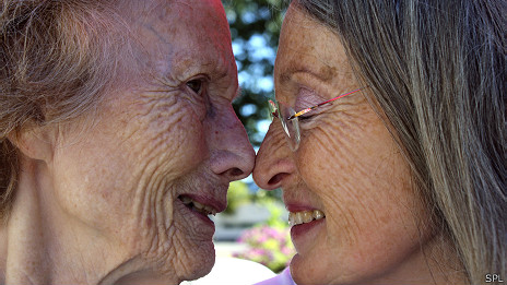 Mujer con demencia junto a su hija