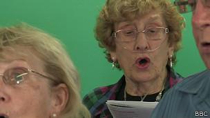 Mujer con EPOC en sesión de canto