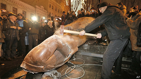 Đập tượng Lenin ở Kiev