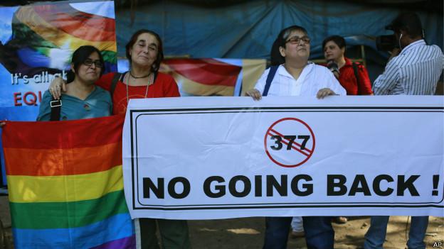 Gays indianos protestam contra lei que criminaliza relações entre pessoas do mesmo sexo | AP