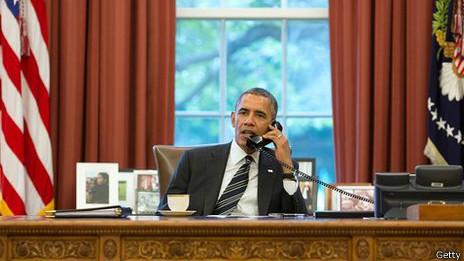 Obama haciendo una llamada desde el despacho Oval