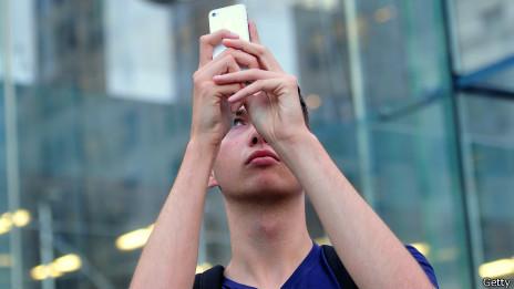 Hombre con celular tratando de captar señal