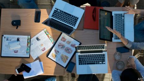 Grupo de jóvenes con computadoras