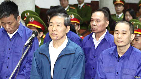 Ông Dương Chí Dũng (thứ hai từ trái sang)
