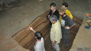 Excavación en la cueva de Sumatra