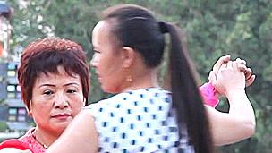 Mujeres bailando en espacios públicos en China