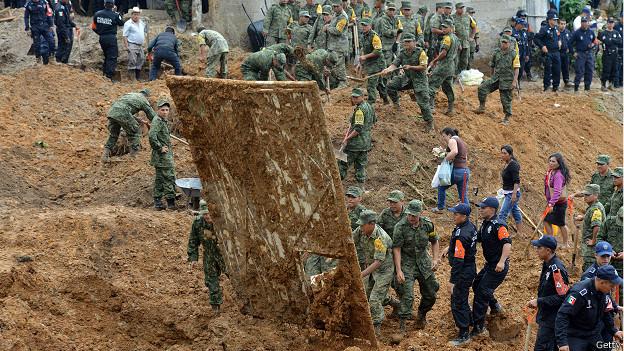 Soldados buscan sobrevivientes en una localidad de Veracruz