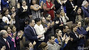 Aplausos en el Congreso tras aprobar la reforma energética