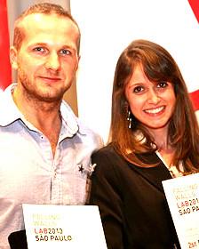 Caroline Varella Rodrigues (der.) junto a Jarek Sochacki.