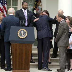 Obama abraza a Nicole, madre de Dylan, una de las victimas de Sandy Hook