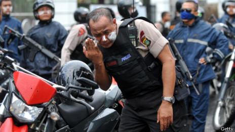 Бреющийся полицейский