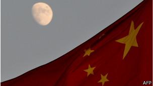 Bandera china con la luna de fondo