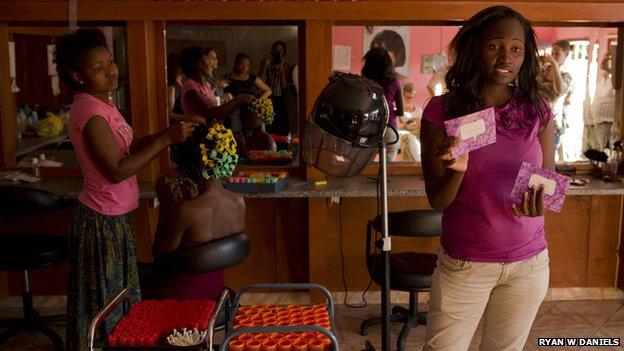 Mujeres ofreciendo el condón de mujer