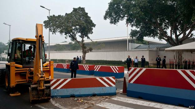 नई दिल्ली में अमरीकी दूतावास के बाहर से बैरीकेड्स हटाती पुलिस