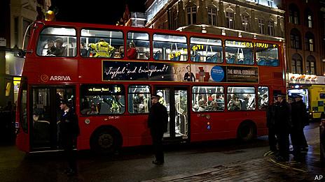 倫敦阿波羅劇院樓頂坍塌現場警察徵用巴士運送傷者(19/12/2013)