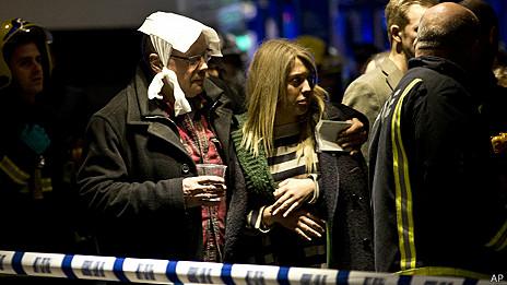 倫敦阿波羅劇院樓頂坍塌現場一名傷者頭部被包扎(19/12/2013)