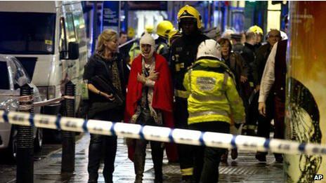 倫敦阿波羅劇院樓頂坍塌現場一些傷者能自行走動(19/12/2013)